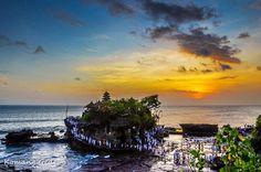 Keindahan objek wisata Tanah Lot Bali, Pura di atas batu karang laut & pemandangan indah sunset/matahari terbenam.