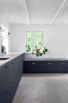 Check out this cool blue linoleum kitchen and a custom made bench. Both from &SHUFL. Nordic Interior, Minimalist Interior, Kitchen Interior, Interior Design, Laundry Room Design, Kitchen Design, Ikea Kitchen, Kitchen Cabinets, Farmhouse Renovation