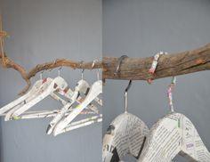 Kleiderbügel mit Zeitung beklebt  frlweiss.wordpress.com
