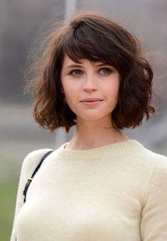 coupe femme courte, coiffure cheveux bouclés, carré flou coiffé décoiffé, frange asymétrique