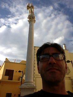 """""""La bella e la bestia"""". La """"bella"""" è la colonna con la statua in pietra leccese di Sant'Antonio, patrono di Nociglia."""
