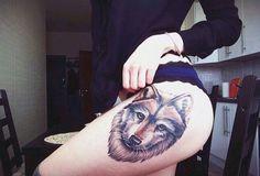 tatuaże damskie wilk na udzie