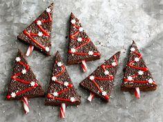 Jouluisessa suklaakakussa maistuu perinteiset joulun maut: kaneli, neilikka ja inkivääri. Valio Hehku lisää kakkuun täyteläistä kirsikan makua. Kakku on helppo koristella tilaisuuteen sopivaksi, me teimme kakkupaloista veikeitä joulukuusia.