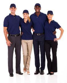 Una de las funciones que realizan los uniformes de empresa de manera silenciosa es crear imagen de marca. Al igual que el rótulo del local o las tarjetas de visita, el vestuario de los empleados ayuda a los clientes a identificar a nuestro equipo y a asociar ciertos valores a nuestra marca.