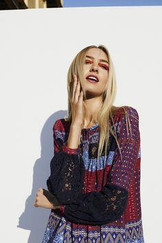 Desigual boho long-sleeved shirt with ethnic pattern and lace detailing. Feel the essence of Boho style!