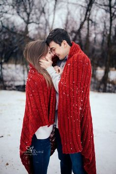 Creative Engagement Photo Ideas to Get Inspired! - Creative Engagement Photo Ideas to Get Inspired! Winter Couple Pictures, Winter Pictures, Family Pictures, Photos Couple Mignon, Couple Photos, Love Photos, Christmas Engagement Photos, Winter Engagement Pictures, Christmas Photos