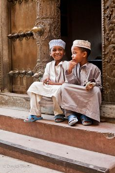 Children in traditional clothing on the steps of a house, Stone Town, Zanzibar  http://www.my-photo-school.com/course/beginners-guide-to-digital-photography/