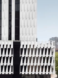 도시의 새로운 시티 스케이프를 창출한다. 호주 멜버른 중심부에 위치한 33 MacKenzie Street 타워는 독특한 파사드 디자인으로 유니크한 캐릭터와 바운더리를 형성한다. 판도라상자와 앤젤 메타트론의 신화는 건축가 Elenberg Fraser 가 이번 공동주거를 디자인하는 주요한 모티브로 각기 다른 높이의 콘크리트 타워와 센트럴 코어 주위를 디자인하는 6개의 퍼즐 -모듈패턴-으로 구현된다. 연속적인 패턴의 반복은 크게 저층부..