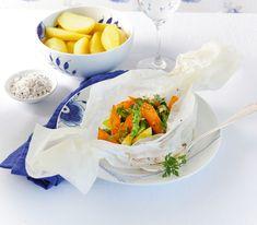 Das Backpapier-Bonbon ist nicht nur hübsch anzusehen: In seinem Innern verbergen sich frische, knackige Spargeln und feine Karotten. Das Gemüse kann von Saison zu Saison angepasst werden.