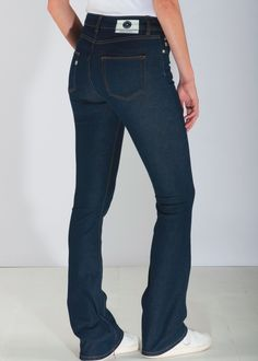 One of our favorite sustainable jeans. The flared jeans contains recycled denim. The dark colour is perfect for a sophisticated look. Enjoy your new jeans!