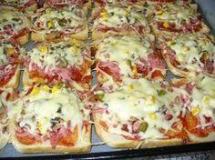 Toastový chléb rozložit na plech vyložený pečícím papírem.Plátky pomazat kečupem,nastrouhat měkký salám,poklást žampiony,sterilovanou kukuřicí(nebo tím,co máte rádi na pizze),okořenit kořením na pizzu a posypat strouhaným sýrem. Peče se asi 20minut při 200°C. Slovak Recipes, Czech Recipes, Healthy Diet Recipes, Snack Recipes, Cooking Recipes, Good Food, Yummy Food, Fast Dinners, Savory Snacks