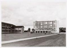 Flatgebouw Ganskuijl op de hoek van de Gasthuislaan. Links het Corderius Lyceum (later College) aan de Lambert Heijnricsstraat 23. De Ringweg Dorrestein is op deze foto nog niet aangelegd, is is slechts een voetpad op die plaats.