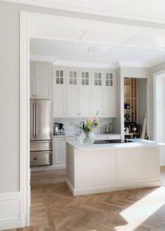 Kitchen Dinning, New Kitchen, Flat House Design, Decor Interior Design, Interior Decorating, Bright Homes, Interior Inspiration, Home Kitchens, Luxury Homes