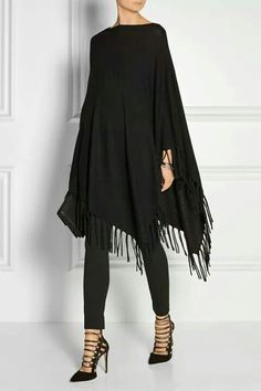 Poncho mit Fransen Adore this well-priced DKNY Asymmetric fringed knitted poncho Mode Outfits, Casual Outfits, Fashion Outfits, Womens Fashion, Fashion Trends, Mode Chic, Mode Style, Poncho Outfit, Look Fashion
