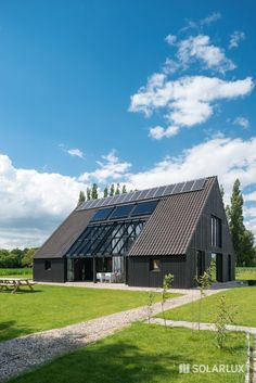 Perfekt eingepasst: Ein #Wintergarten bestehend aus einem SDL Atrium Dach mit einer SL 35 #GlasFaltwand