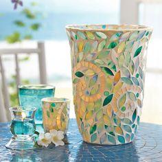 LAMPE-TEMPÊTE OLÉA Oléa - Les carreaux de mosaïque de verre posés à la main diffusent l'éclat d'une mer turquoise. Les tesselles de mosaïque sont appliquées à la main, ce qui fait de chaque pièce une oeuvre unique. Détails : verre en mosaïque. Sachet de perles pour stabiliser les bougies. Haut. 27 cm. Formes : pour piliers, pots à bougie Escentiel, pots à bougie GloLite, bougies à réchaud dans le Porte-bougie Esthétisme
