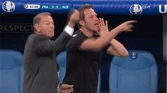 Главный тренер сборной Албании руководит командой перед зеркалом в матче с Францией на Евро-2016