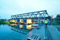 Brückenabbruch: Ausschwimmen einer ca. 420 t Stahlbrücke (Spannweite 80 m) mittels einer individuellen Sonderkonstruktion. Engster Ausführungszeitraum innerhalb einer 24 h Sperrpause der direkt am Kanal befindlichen Bahntrasse