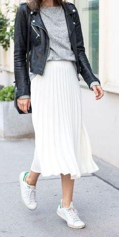 #lederjacke #tshirt #plisseerock #weissesneaker Sneaker: So kombinieren Sie sie in nicht-sportlichen und super-trendigen Looks!