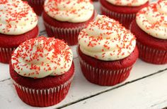 I'm so ready to make Red velvet cupcakes with chocolate chips and cream cheese frosting! Holiday Desserts, Easy Desserts, Delicious Desserts, Dessert Recipes, Yummy Food, Tasty, Sweet Desserts, Yummy Recipes, Best Red Velvet Cupcake Recipe