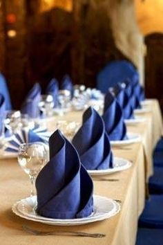 20 Plus Napkin Folding Styles Folded napkins are an easy way to Impress your guests & family! See 20 plus napkin folding styles including fun shapes, simple techniques & holiday styles! Wedding Napkins, Gold Napkins, Linen Napkins, Cloth Napkins, Deco Table, Tablescapes, Party Time, Catering, Table Settings