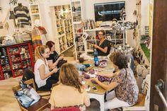 Nächtliche Strickrunde in Lauras Wollladen - Ein kleiner Laden in der Nacht 🌙