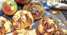 Finns det något godare än nybakade bullar? Med äpplen och kardemumma blir de ännu godare och saftigare. Detta recept är helt fantastiskt. Läge för bullfest!