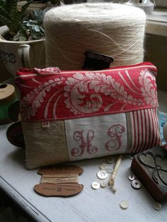 © L'Atelier d'Aston Fabric Purses, Fabric Bags, Sewing Essentials, Handmade Cushions, Patchwork Fabric, Embroidered Bag, Zipper Bags, Handmade Bags, Bag Making
