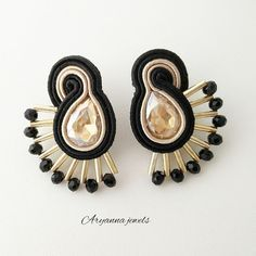 little soutache earring ventaglio by AryannaJewels on Etsy Thread Jewellery, Paper Jewelry, Soutache Earrings, Clay Earrings, Jewelry Kits, Jewelry Making, Ww Girl, Terracotta Jewellery, Hand Chain