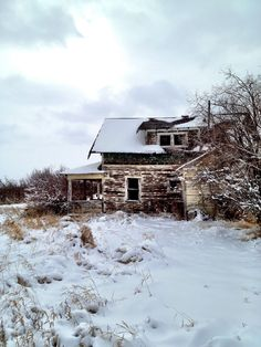 Abandoned House, Grande Prairie Alberta, Canada (by Clayton_Pomeranz) sad when beautiful old homes waste away Old Abandoned Buildings, Abandoned Mansions, Abandoned Places, Backpacking Canada, Canada Travel, Farm Houses, Old Houses, Canada Holiday, Grand Prairie