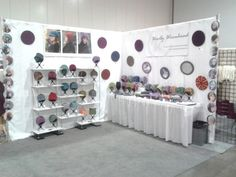 From foam core shelves, to acrylic mirrors and round photos - sharp display! Craft Show Booths, Craft Booth Displays, Hat Display, Craft Show Ideas, Display Design, Booth Design, Display Ideas, Expo, Home Office Decor