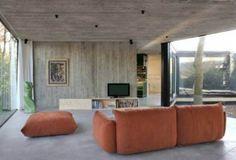 drewno i beton w salonie