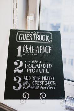 Pizarra para bodas personalizada por Oh Yes! con tiza con las instrucciones del photocall y del libro de firmas