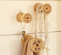 Things you can make with old wooden thread spools: sewing spool crafts. Spool Crafts, Sewing Crafts, Diy Crafts, My Sewing Room, Sewing Rooms, Sewing Spaces, Do It Yourself Vintage, Deco Dyi, Ideas Habitaciones