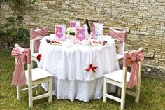 Love the Table cloth and chairs mary poppins party | cenografia mary poppins party