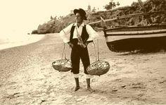 Cenachero. Con los cenachos repletos de pescado recién sacado con la jábega que está tras él, ya está listo para vender. - Cenachero. With baskets (cenachos) full of fish freshly taken out with the boat (jábega) that is after him, he is ready to sell.
