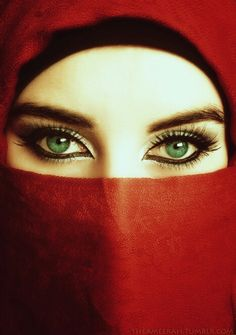 Omg such beautiful eyes, always have wanted green eyes! Stunning Eyes, Gorgeous Eyes, Pretty Eyes, Cool Eyes, Arabian Eyes, Arabian Nights, Arabian Women, Magic Eyes, Beautiful Hijab