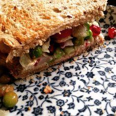 Heerlijke sandwich van speltbrood met lentesalade en hummus.  http://www.mytypeoffood.nl/recepten/sandwich-met-hummus-en-lentesalade/