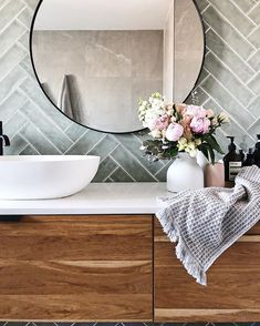 @allthingsrosy__ heeft iets geplaatst op Instagram: Still can't get over the difference our bathroom renovation has had 😍 sooo much space! . . . .… • Bekijk alle foto's en video's van @allthingsrosy__ op zijn/haar profiel. Bathroom Inspo, Bathroom Inspiration, Bathroom Interior, Modern Bathroom, Small Bathroom, Cheap Office Decor, Cheap Home Decor, White Home Decor, Fall Home Decor