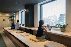 窓際は畳でできた「縁側」。新宿の風景を見ながら、お仕事! | Airbnbの東京オフィスがおしゃれすぎて、社員じゃなくても働きたいレベル