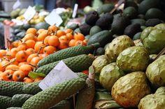 Que voir, que faire à Madère et autour de Funchal ? Voici mon top 10 ! - via Le Blog du Voyage 04.06.2015 | Madère est un petit archipel (740 km2 pour l'île principale) – mais on y trouve largement de quoi s'occuper pour deux à trois semaines de vacances tournées vers la nature, le bien-être, la relaxation ou les activités sportives. #portugal #voyages Foto: Fruits et légumes madère