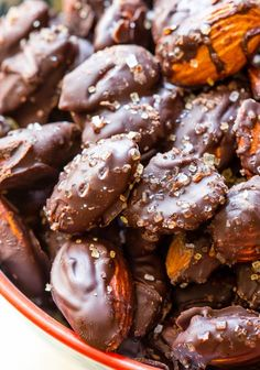 a healthier chocolate treat, try these sweet and salty dark chocolate sea salt almonds!For a healthier chocolate treat, try these sweet and salty dark chocolate sea salt almonds! Lunch Snacks, Yummy Snacks, Delicious Desserts, Lunch Meals, Candy Recipes, Snack Recipes, Dessert Recipes, Snacks Saludables, Sallys Baking Addiction
