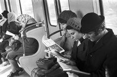 Пассажиры читают в метро. Москва, 1972 год © ТАСС