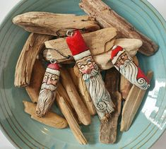 Driftwood 🎅 (made out of treasures from our trip to the beaches near Tofino this summer). Diy Christmas Ornaments, Handmade Christmas, Holiday Crafts, Christmas Decorations, Coastal Christmas, Painted Driftwood, Driftwood Art, Driftwood Projects, Christmas Rock
