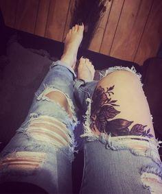 #flowertattoo#legtattoo#sexytattoo#rippedjeans#tattoolife#lifestyle#inkgirl#womantattoo#@siostattoo#tattooartists#