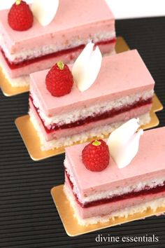 Tips for Effortless Rasberry Mousse Cake Elegant Desserts, Beautiful Desserts, Mini Desserts, Easy Desserts, Delicious Desserts, Zumbo Desserts, Patisserie Paris, Patisserie Fine, Bolo Fresco