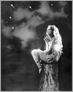 """Mary Pickford, 1917-like this pic.  """"Some men see things as they are and say 'why'? I dream things that never were and say 'why not'?"""""""