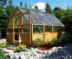 Ein Gewächshaus aus Holz strahlt Wärme aus