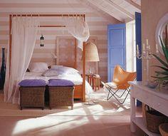 Wohnliche Optik mit neuen Tapeten Ruhige Weiß- und Naturtöne bilden in diesem Schlafzimmer ein harmonisches Interieur. Für optische Weite sorgt die quer gestreifte Blockstreifentapete hinter dem Bett. Schon wie ein Kunstwerk lehnt vor ihr eine Tapete mit stilisiertem Motiv in einem Holzrahmen. Und bei der sandfarbenen Vliestapete an der Seite sorgt ein Gemisch aus Kunstfasern und Papier für eine stoffartige Optik.