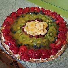 Meyveli Pizza Meyveli Pizza, pizza hamuru şeklinde yapılan kekin üzerini meyve parçaları ile kaplamayla yapılır. Mevsimine göre şeftali, muz, kivi, portakal